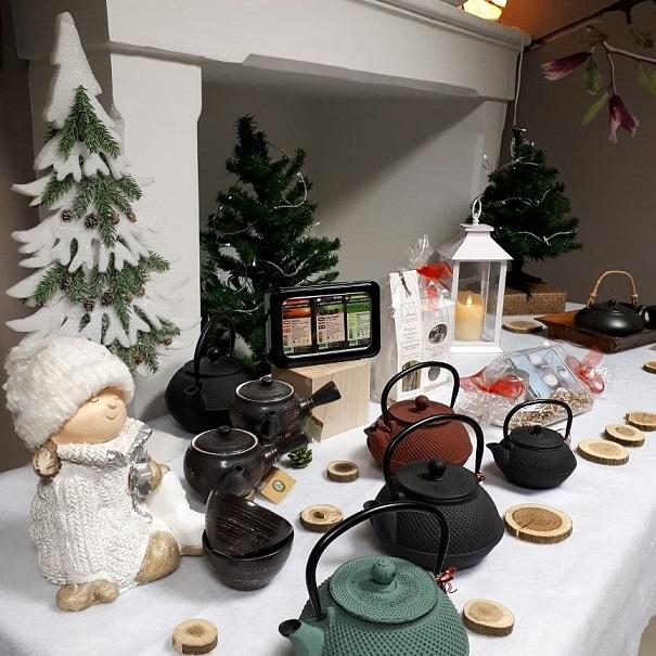 large choix de thé bio, théières en fonte et céramique et autres articles